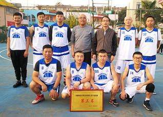 后勤管理服务中心篮球队在学校篮...